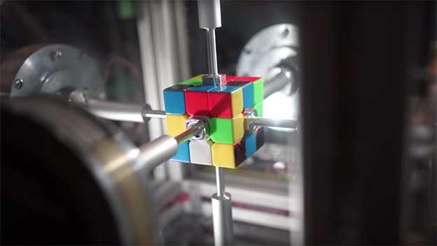 Robot pulveriza el récord: resuelve el cubo de Rubik en 0,38 segundos