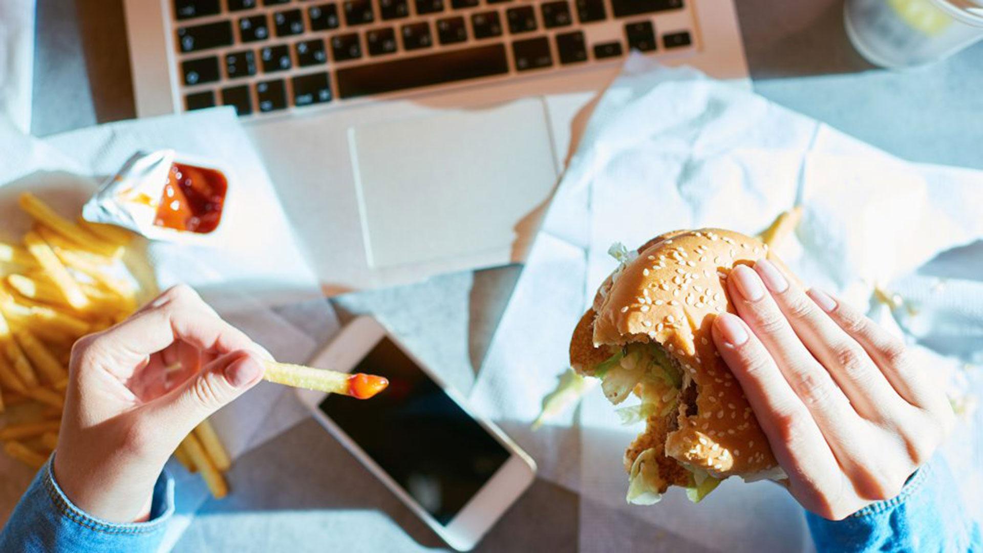 Los hábitos que te están haciendo engordar sin que lo sepas