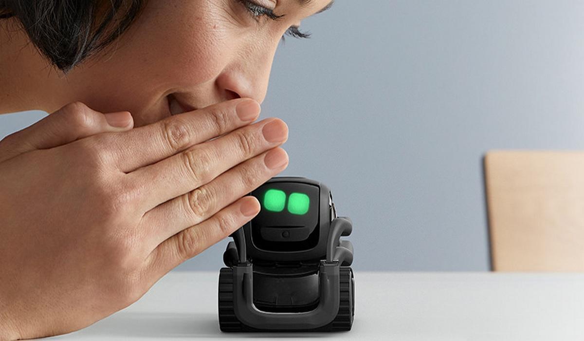Anki Vector, el mini robot adorable que charla contigo, te hace fotos y se auto recarga