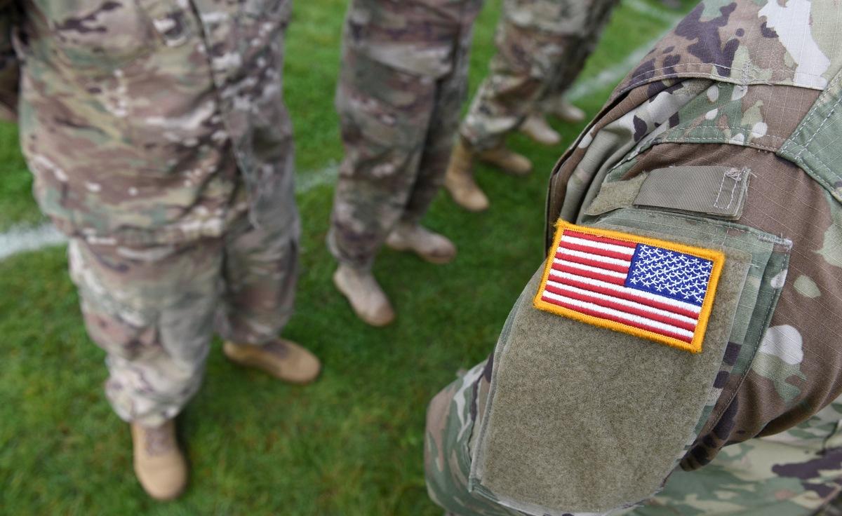¿Por qué los soldados estadounidenses llevan la bandera al revés en los uniformes?