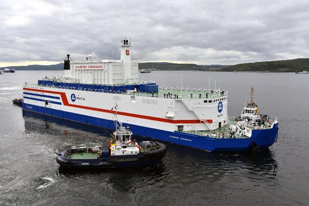 La primera central nuclear flotante arriba a puerto tras navegar 5.000 Kilométros, causando temor y alivio