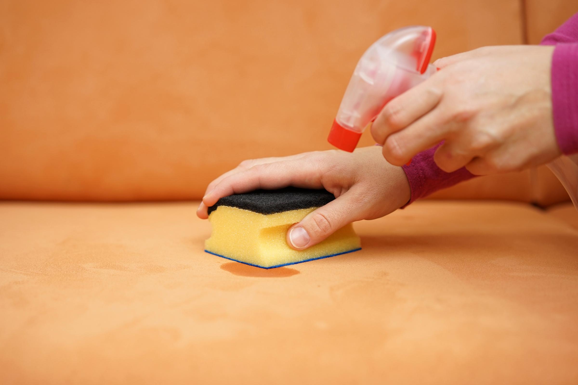 Trucos para limpiar las manchas del sofá de forma sencilla y con poco esfuerzo