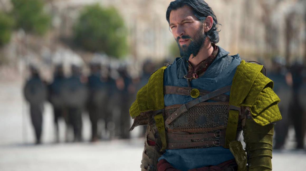 Daario Naharis luce bastante distinto en los libros. Siempre viste con colores brillantes y tiene el pelo y la barba teñidos de azul y dorado, aunque como espadachín es igualmente temible. Imagen: Reddit.