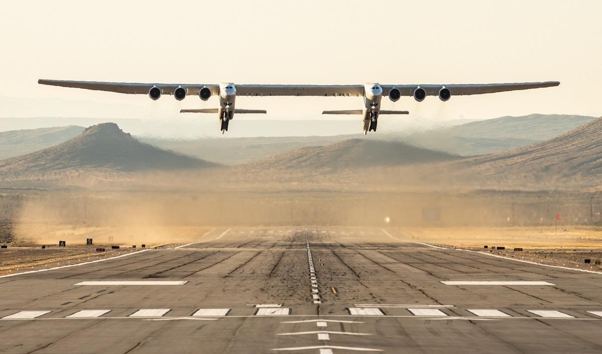 Stratolaunch, el avión más grande del mundo, vuela por primera vez
