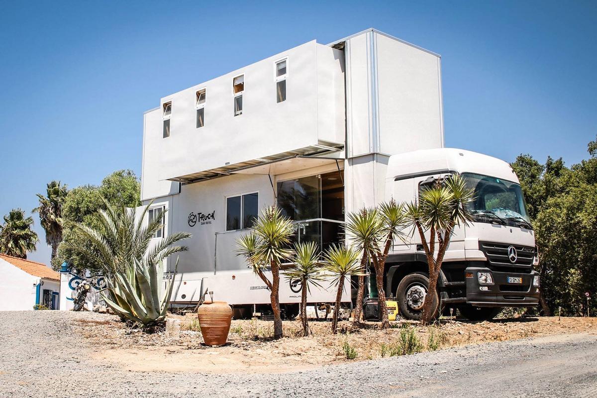 Este camión hotel de Mercedes te lleva cada día a una playa - ComputerHoy