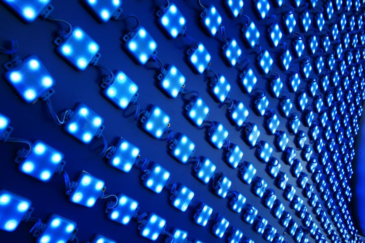 Una gota de agua ilumina 100 luces LED: así funciona este generador eléctrico por goteo