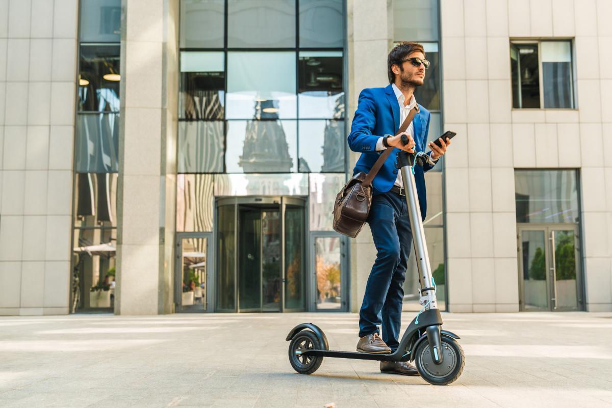 Hacienda declara el patinete eléctrico como herramienta de trabajo: descubre qué beneficios supone