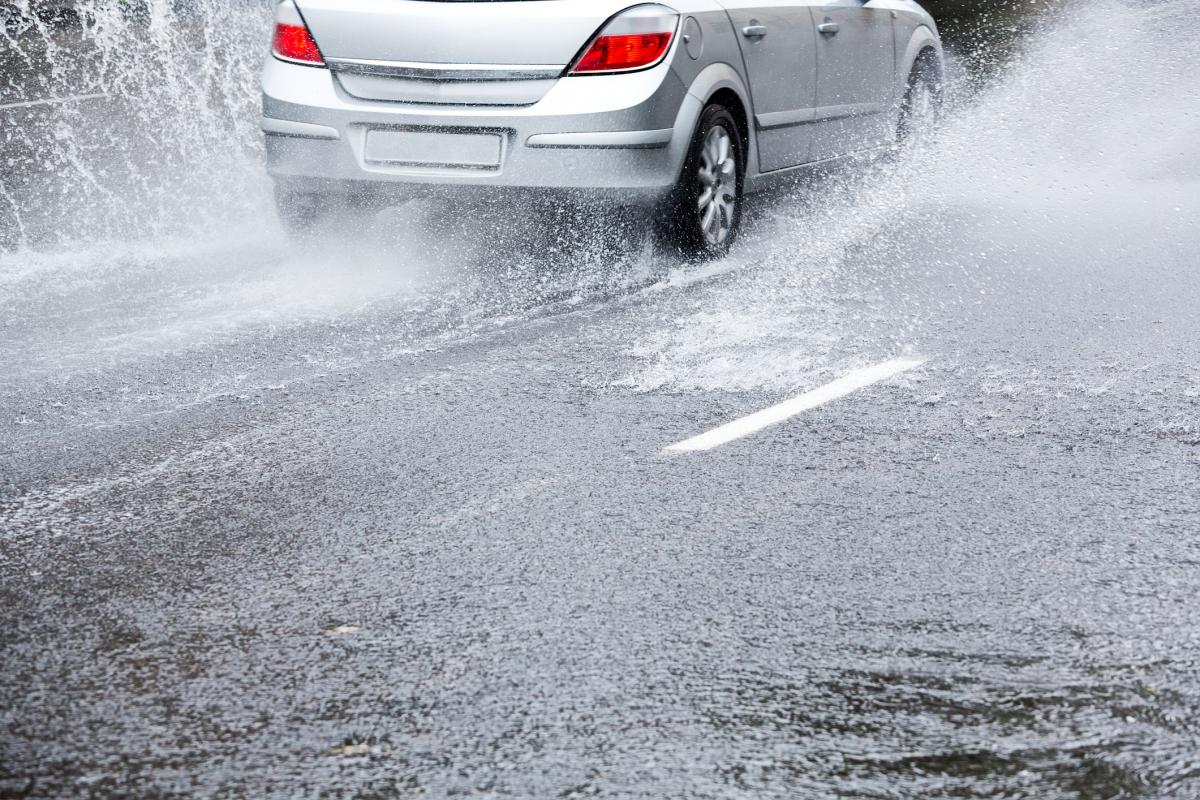 The DGT clarifies how to avoid one of the most dangerous situations when driving in the rain |  Motor