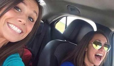 Selfie de dos jóvenes en un coche minutos antes de morir
