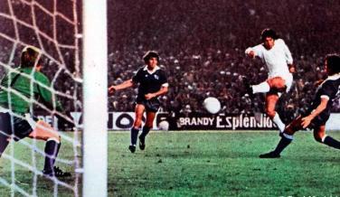 1976: El Real Madrid ganó 5-1 en el Santiago Bernabéu para remontar el 4-1 de la ida ante el Derby County.