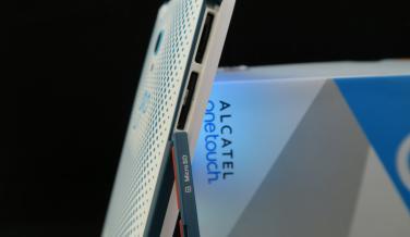 Fotografía de las ranuras para tarjetas del Alcatel OneTouch Go Play