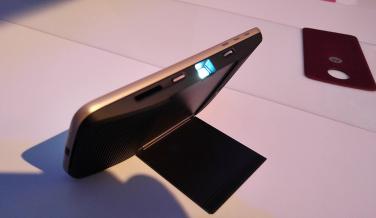 Imagen del Moto Z play con el moto mod insta-share projector