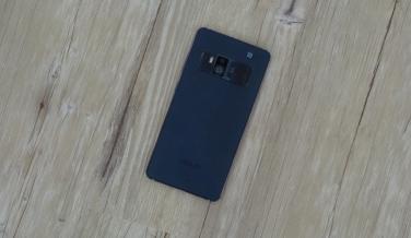 El diseño del ZenFone AR es bastante sencillo, aunque su cámara no pasa desapercibida