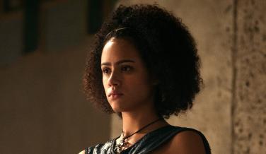 Missandei es una niña y no tiene ningún romance con Gusano Gris. En los libros es mucho más joven que en la serie, aunque HBO ha pensado que una historia de amor con el guerrero de los inmaculados puede venir bien al show.