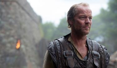 Jorah Mormont es descrito en los libros como el Oso Negro, sin duda por el color de su pelo y por su abundante bello corporal. Ninguna de las dos cosas aparece en la serie.