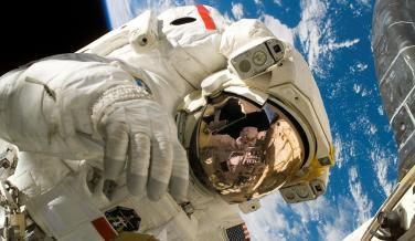 Si sales al espacio sin un traje adecuado, mueres por asfixia y por la expansión de los tejidos. No obstante, no llegas a explotar porque los tejidos humanos son lo suficientemente resistentes como para evitarlo.