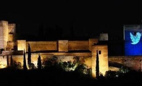 El logo de Twitter proyectado en la Alhambra de Granada