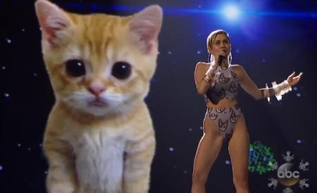Miley Cyrus y un gato virtual en los American Music Awards