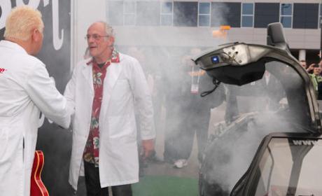 Doc Brown visita CES 2014 en el DeLorean