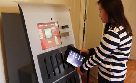 Instalan una máquina expendedora de iPads para estudiantes.