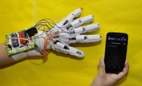 Crean un guante capaz de traducir texto en lenguaje para sordomudos