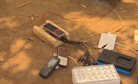 Así se fabrica un cargador de barro para tu smartphone