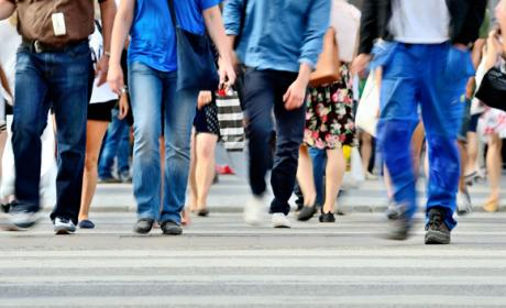 Usar el móvil al caminar podría ser ilegal muy pronto