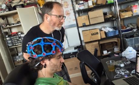 Crean un casco para controlar los dispositivos con la mente