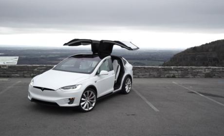 Un Tesla Model X choca contra el guardarraíl de la carretera