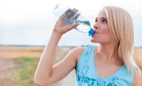 beber dos litros de agua