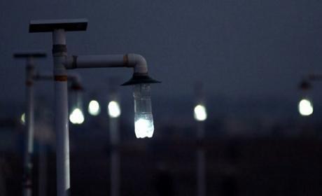 Proyecto convierte botellas de plástico en lámparas de iluminación