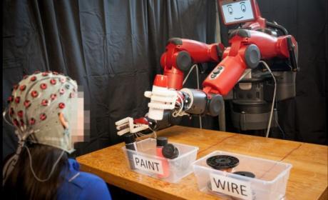 El sistema que permite corregir los errores de un robot con la mente