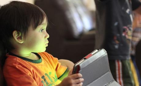 Niño jugando con el móvil a juegos gratis