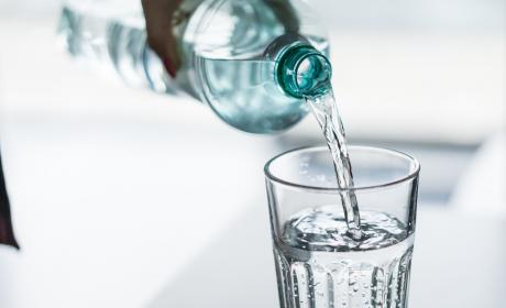 ¿Cuánta agua debemos beber al día?