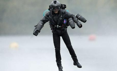 Inventor bate el récord de velocidad volando en un traje de Iron Man