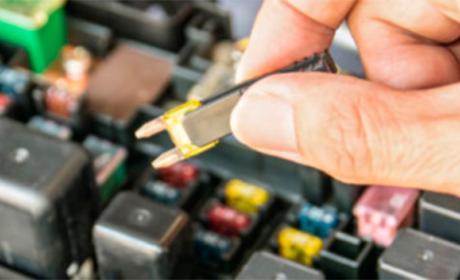 ¿Sabes para qué sirven los fusibles de tu coche?