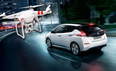 dron carga coche eléctrico