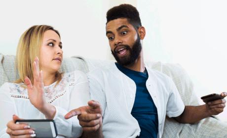Discutir tras cotillear el móvil de tu pareja