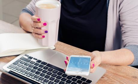 Con el móvil en la mano decidiendo qué tarifa de datos es mejor