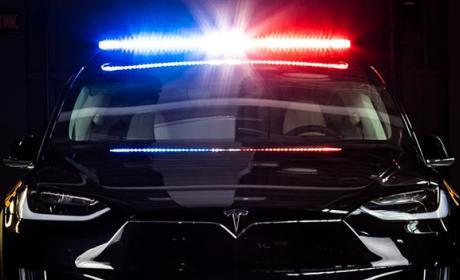 Un Tesla Model X se transforma en coche de policía