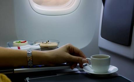 Por esto no deberías tomar café en un avión
