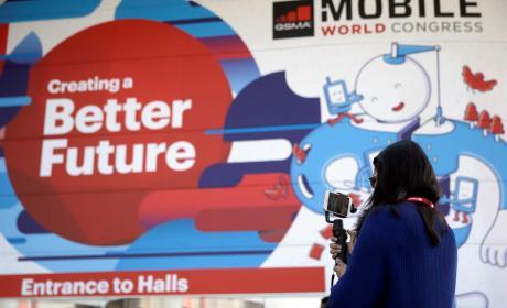Una vistante hace una foto ante la entrada de la Fira Gran Via donde a partir del próximo lunes se celebra una nueva edición del Congreso Mundial de Móviles (MWC en sus siglas en inglés), la mayor feria mundial de telefonía móvil.