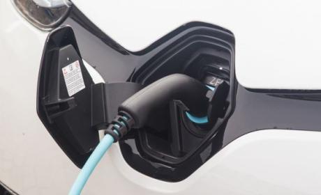 Parte frontal de un Renault eléctrico mientras recarga energía