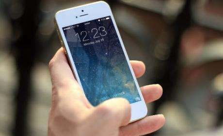 Cambiar la hora automáticamente en iOS y Android.