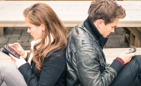 Muchos jóvenes discuten con su pareja por un gran uso del móvil