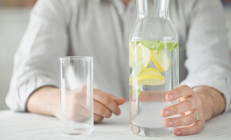 Beber agua con limón para adelgazar