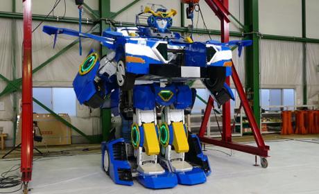 Este coche es un robot y parece un Transformers
