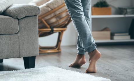 Andar descalzo en casa