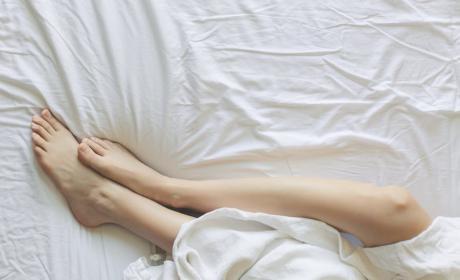 Dormir bien pies sábanas