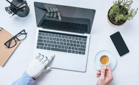 Robot utilizando un ordenador